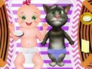 Pisica vorbareata Tom ingrijeste un bebelus